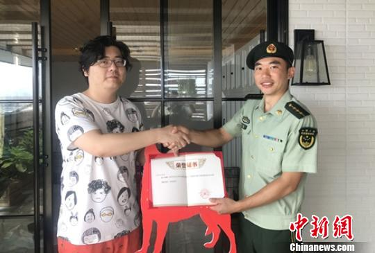 成都爱心夫妇捐赠幼犬培养消防搜救犬(图)