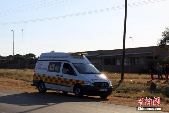 6月20日晚开始,南非首都所在的茨瓦内(比勒陀利亚)多地发生动荡,不少当地民众走上街头打砸抢烧,抗议执政党非国大拟定的茨瓦内市长人选。至22日下午,已至少有2人丧生,动荡仍在持续中。22日,记者驱车走访了部分骚乱的中心地区。图为骚乱城镇马波帕内路边停着待命的救护车。 <a target='_blank' data-cke-saved-href='http://www.chinanews.com/' href='http://www.chinanews.com/'><p align=