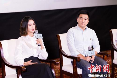 电影明星资助人张歆艺(左)与导演郭柯。主办方供图