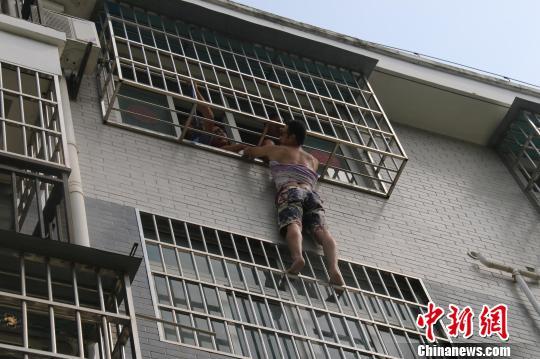 三岁女童被卡防盗网男子徒手爬4楼托举近半小时