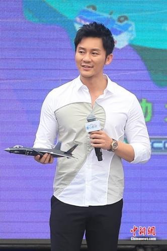 李晨展示飞机模型
