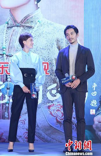 《那年花开月正圆》主演孙俪(左)和陈晓(右)。 官方 摄
