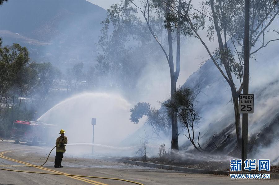 9月3日,在美国加利福尼亚州洛杉矶北郊的伯班克,消防员在灭火。