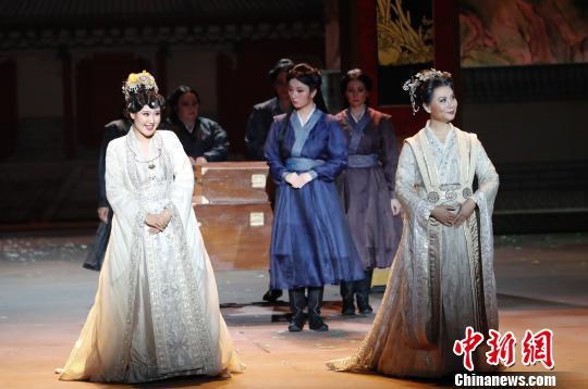 宝钗(左)和王夫人(右) 杜洋 摄