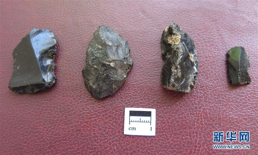 这是中国考古学家在肯尼亚纳库鲁郡玛卡里亚瀑布附近采集到的石制品(10月4日摄)。