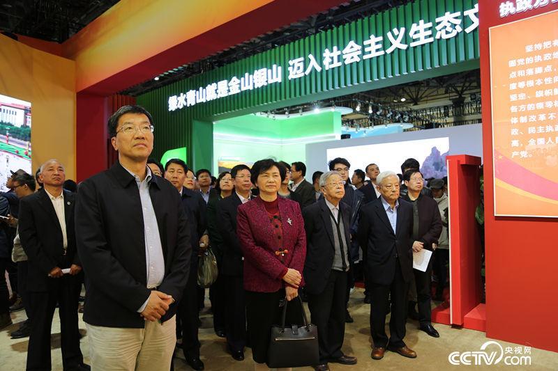 中国科协组织院士、专家代表参观展览