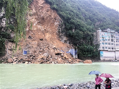 重庆:地质勘查队员冒险拦路一分钟后超七千方危岩轰然倒下