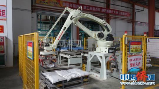 图为大北农集团内的机器人生产设备 潘志安 摄