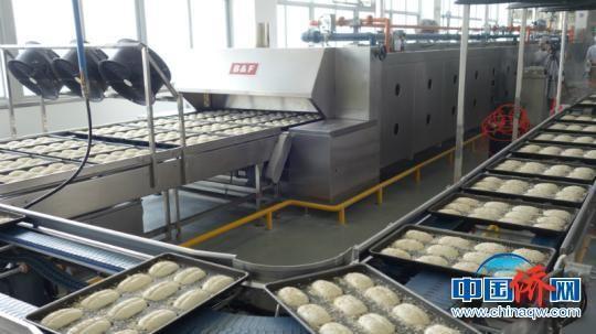 图为全新的自动化食品生产线 潘志安 摄