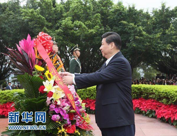 习近平在深圳莲花山公园向邓小平铜像敬献花篮. 新华社记者 兰红光