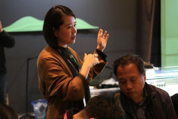 在2017嘉德典亚艺术周上相伯居总经理杨晓雅为体验者进行讲解