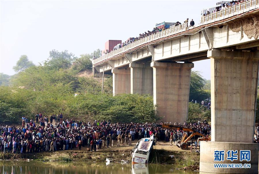 (国际)(1)印度西北部一辆客车坠河致数十人死亡