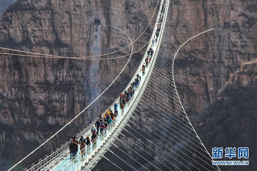 河北平山:全长488米悬跨式玻璃桥正式开放