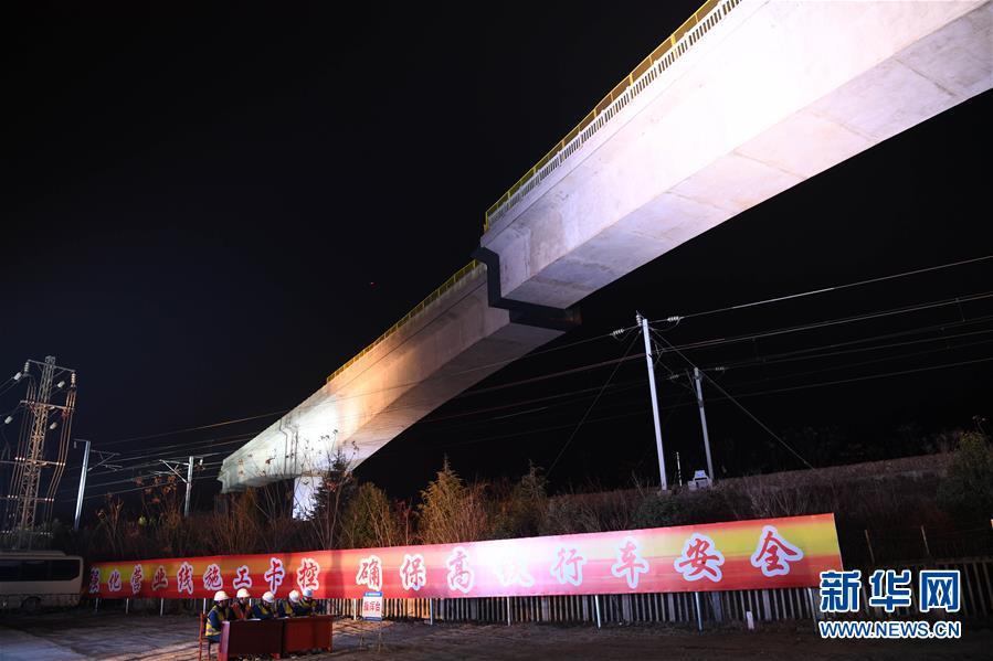 (经济)(1)商合杭铁路跨沪汉蓉铁路转体连续梁成功转体