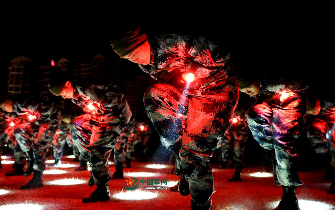 新兵们进行夜间地面动作训练。