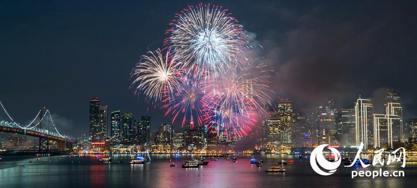 当地时间1月1日,美国旧金山燃放新年烟火,吸引数万名民众前来观赏。张楷 摄