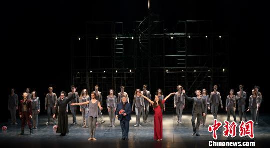 艾夫曼芭蕾舞团谢幕,前排捧花者为编舞大师鲍里斯·艾夫曼