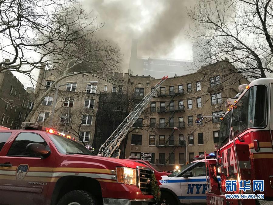 (国际)美国纽约曼哈顿一所公寓楼发生火灾