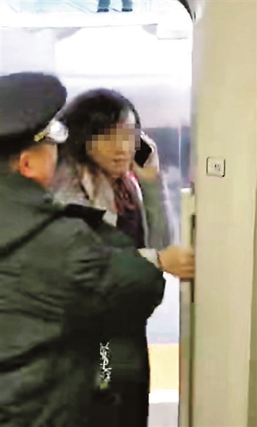 高铁扒门女子系高级教师被学校停职 回应:为什么停职我教学没错!