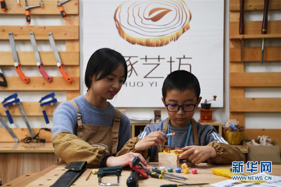 """(图片故事)(8)女孩创业当""""木匠"""""""