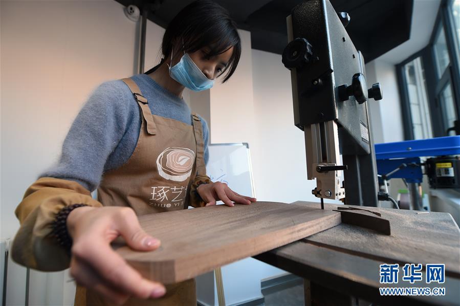 """(图片故事)(12)女孩创业当""""木匠"""""""