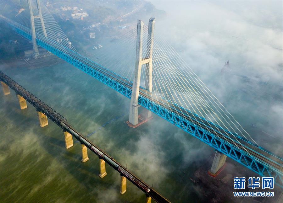 (经济)(1)世界首座双层六线钢桁梁铁路斜拉桥在渝落成