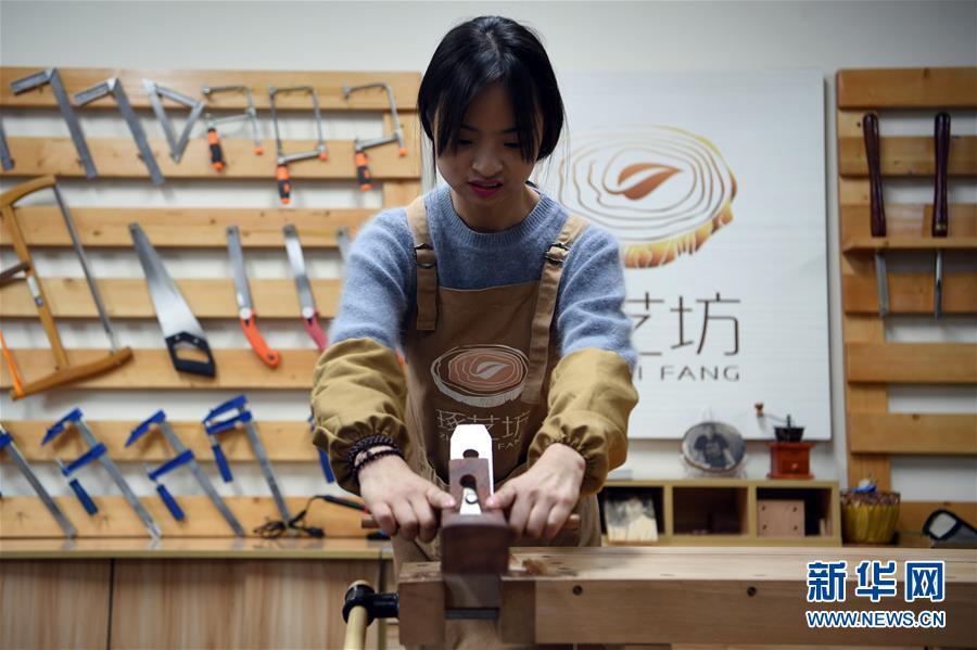 """(图片故事)(1)女孩创业当""""木匠"""""""