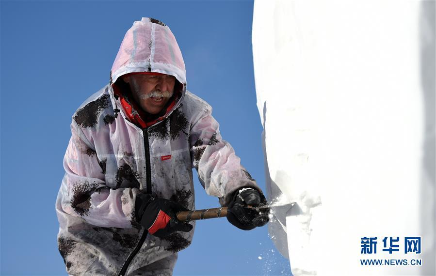 """(社会)(1)哈尔滨:国际雪雕比赛中的""""严寒斗士"""""""