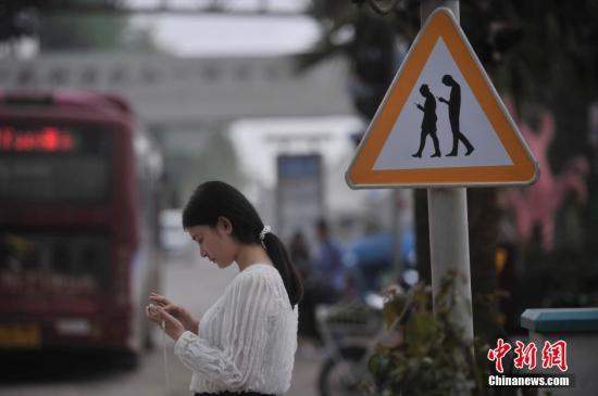 """聚焦手机""""依赖症"""":近半调查者称伴侣过度使用手机"""