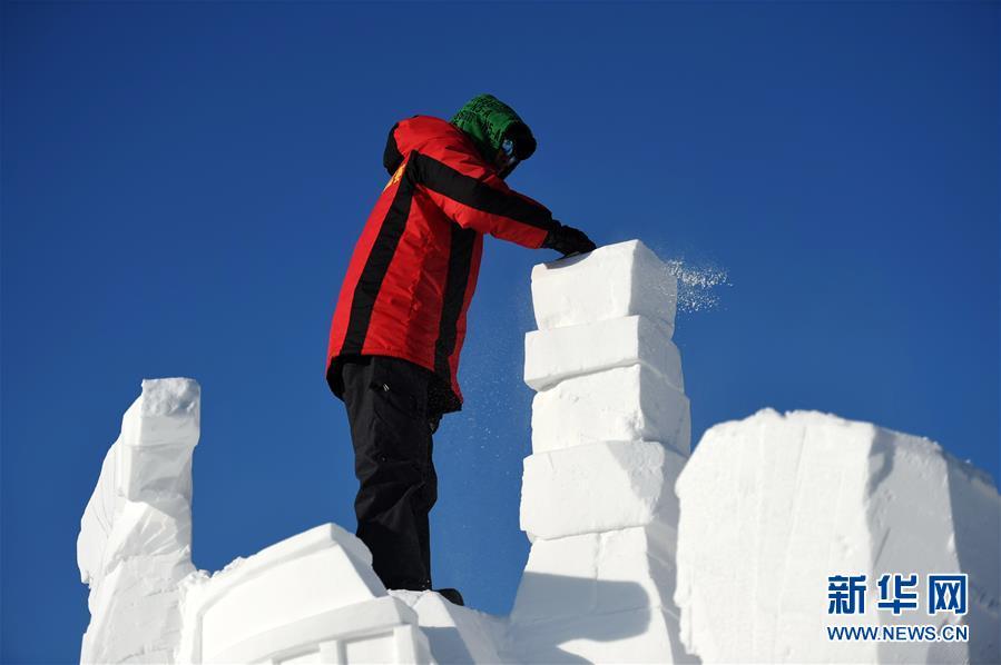 """(社会)(4)哈尔滨:国际雪雕比赛中的""""严寒斗士"""""""