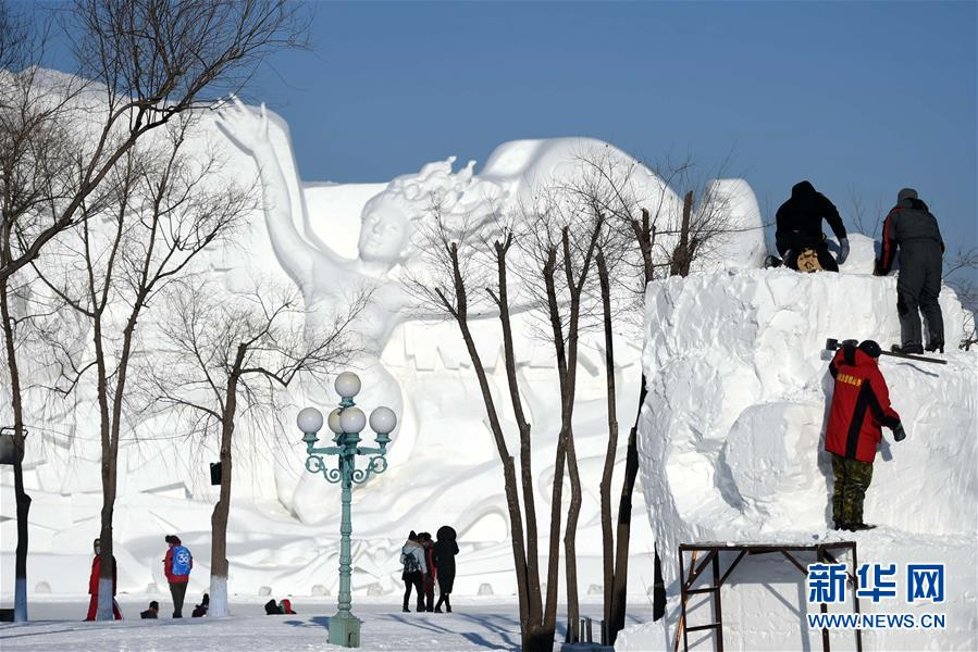 """(社会)(7)哈尔滨:国际雪雕比赛中的""""严寒斗士"""""""