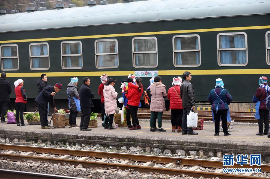 """#(社会)(2)贵州:山区""""慢火车"""" 独特风景线"""