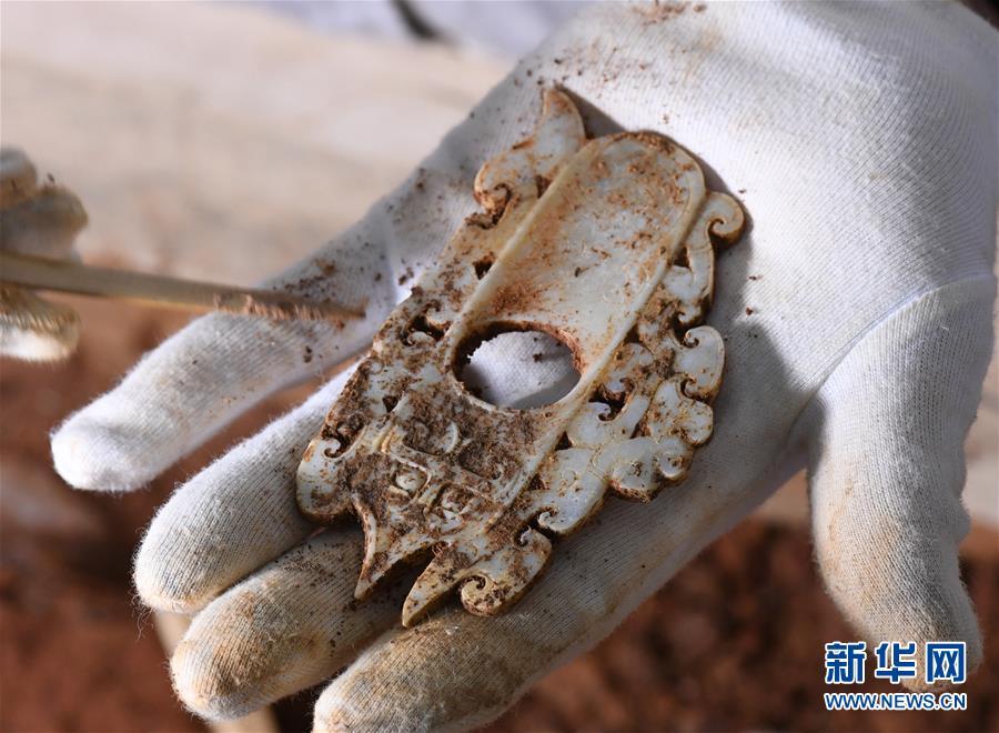(文化)(1)海昏侯墓园五号墓主棺内提取出精美玉器