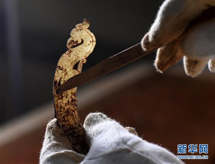 (文化)(5)海昏侯墓园五号墓主棺内提取出精美玉器