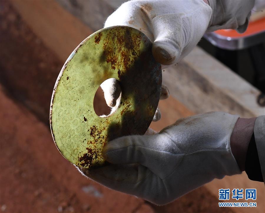 (文化)(6)海昏侯墓园五号墓主棺内提取出精美玉器