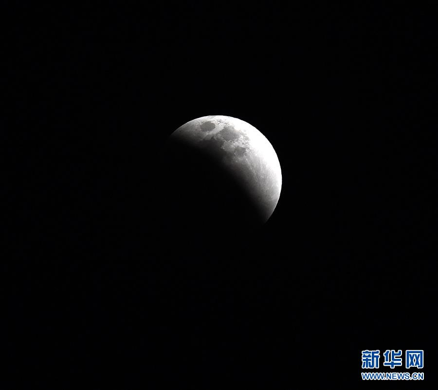 """(社会)(6)天幕上演月全食美景 华夏共度""""红月亮之夜"""""""