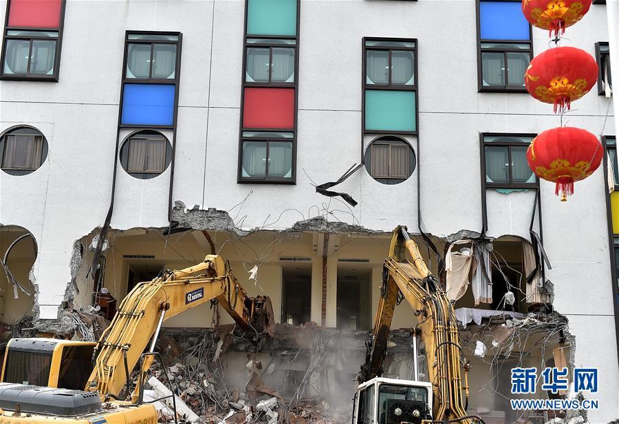 (突发事件后续)(3)台湾花莲动用大型机械清理无人地震灾害现场