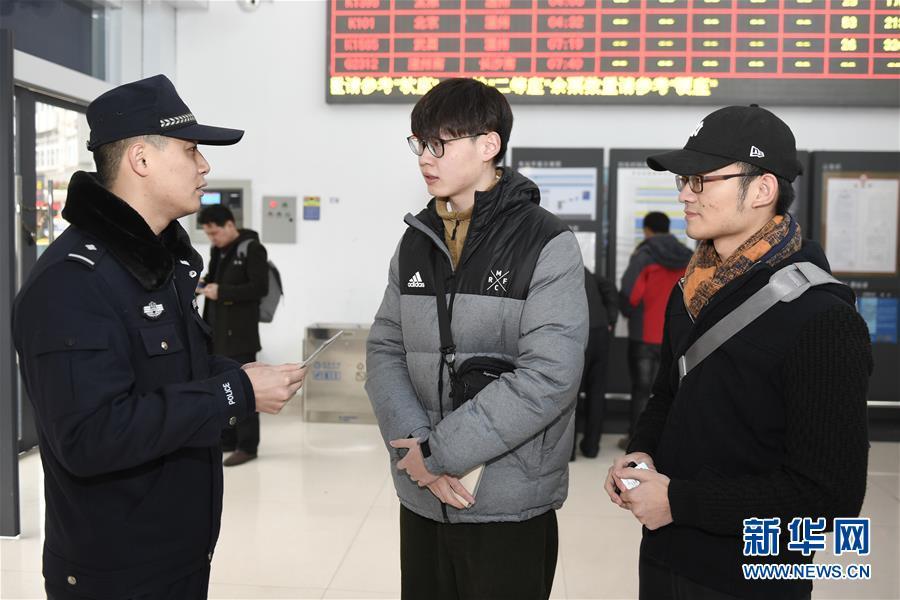 (关注春运)(1)浙江:热情服务归国华侨旅客