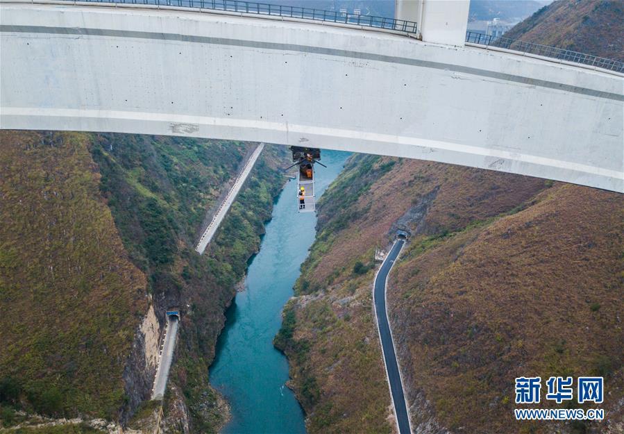 """(关注春运)(1)高铁大桥的""""蜘蛛侠"""""""