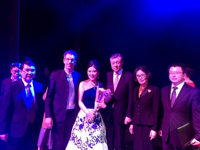 演出结束,王蓓蓓与中国驻英大使刘晓明及夫人胡平华、意大利作曲家Andrea Granitzio等合影