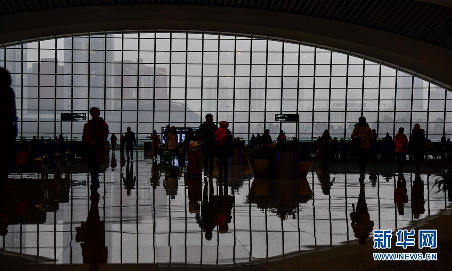 (关注春运)(3)重庆西站迎来首个春运客流高峰