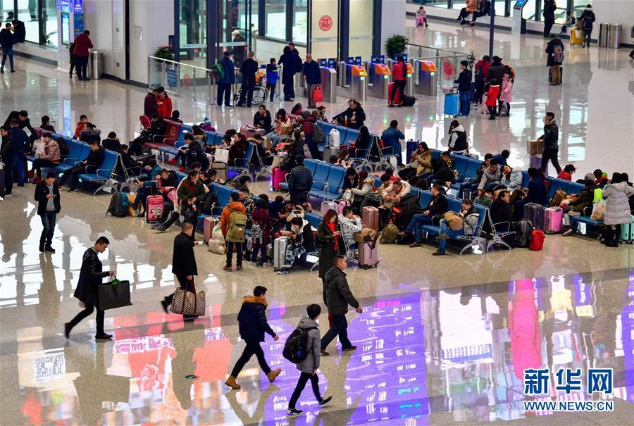 (关注春运)(4)重庆西站迎来首个春运客流高峰