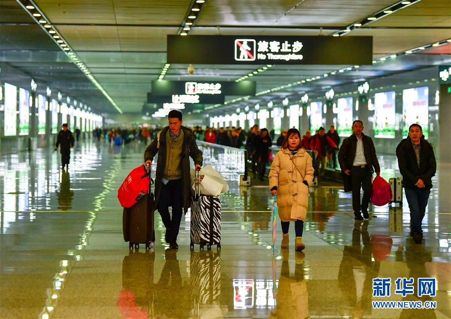 (关注春运)(5)重庆西站迎来首个春运客流高峰