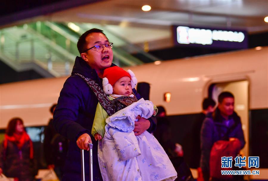 (关注春运)(1)重庆西站迎来首个春运客流高峰