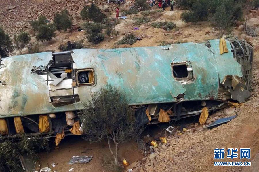 (国际)(1)秘鲁一双层大客车翻下山路致35人丧生