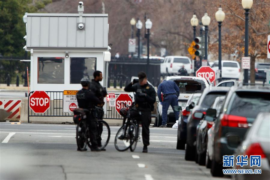 (国际)(1)一辆汽车撞击美国白宫安全栅栏