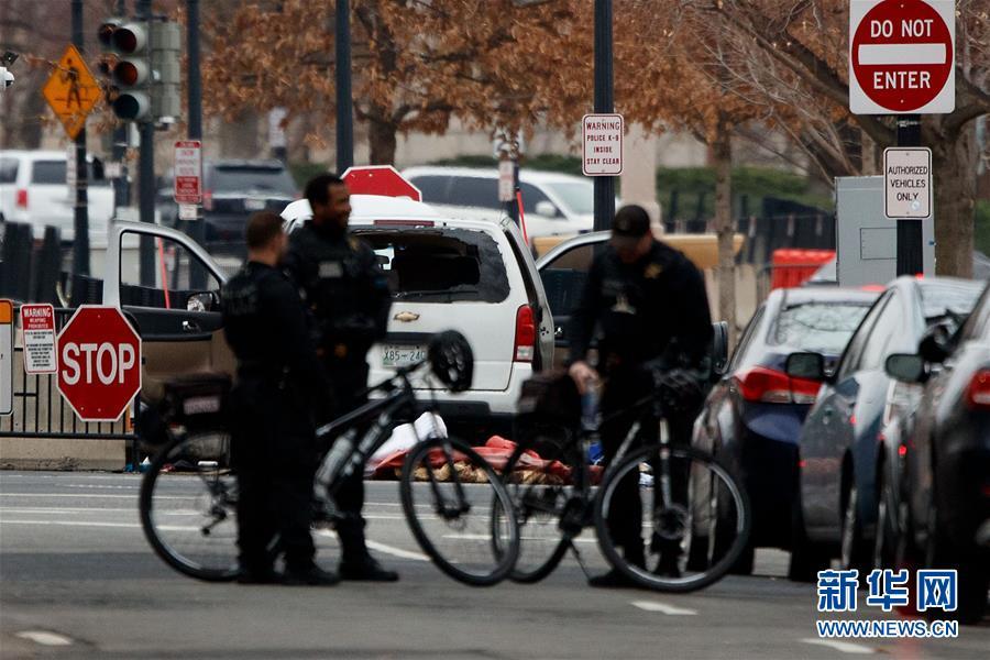 (国际)(2)一辆汽车撞击美国白宫安全栅栏