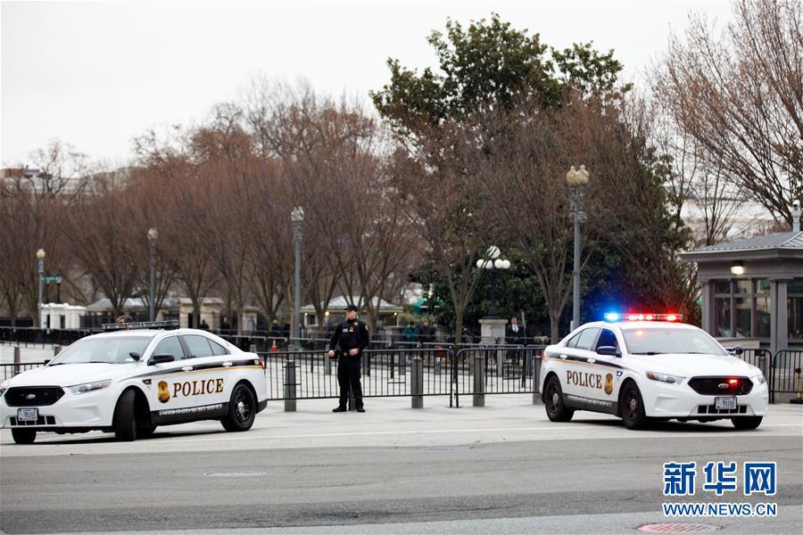 (國際)(4)一輛汽車撞擊美國白宮安全柵欄