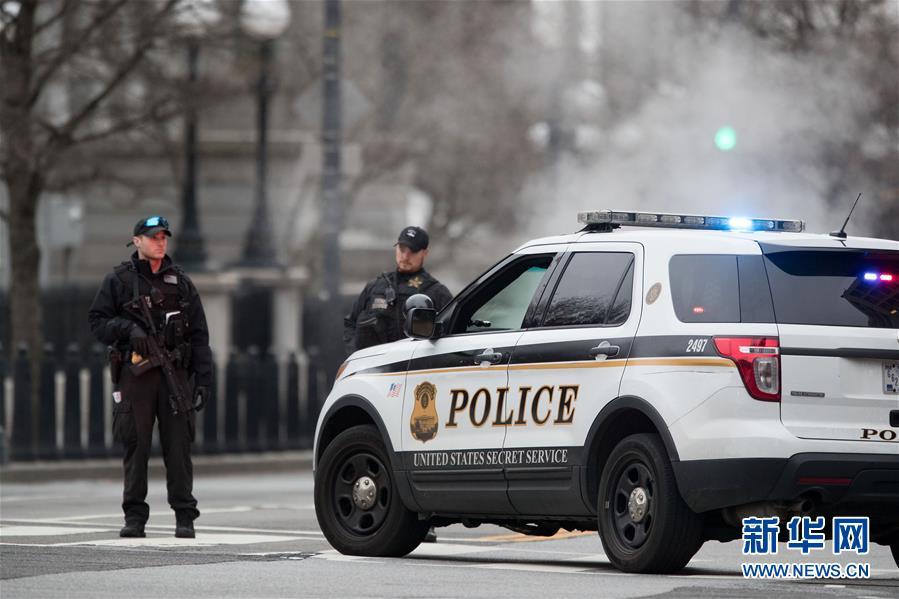(國際)(3)一輛汽車撞擊美國白宮安全柵欄