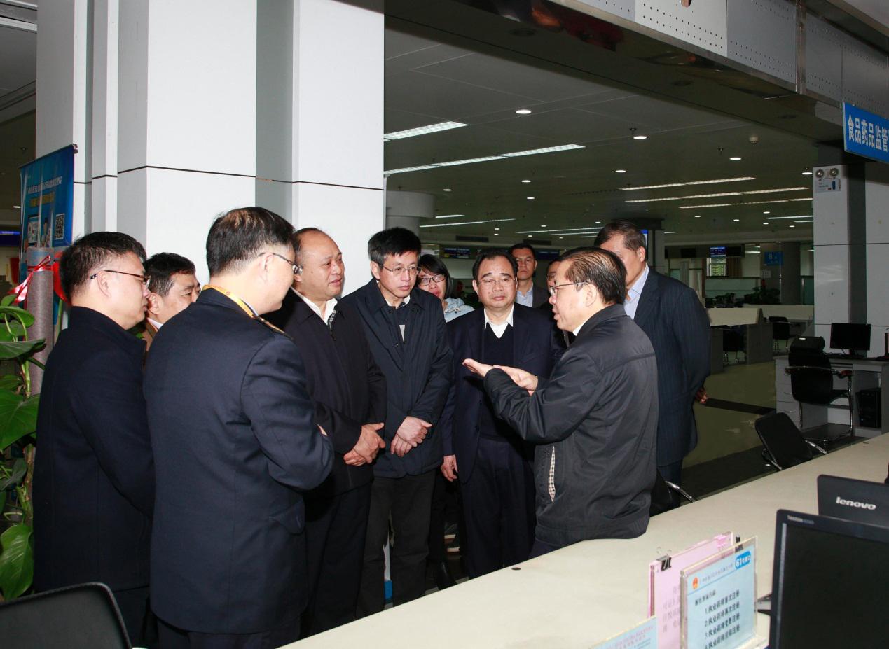 自治區常務副主席秦如培看望食品藥品監管登記窗口工作人員